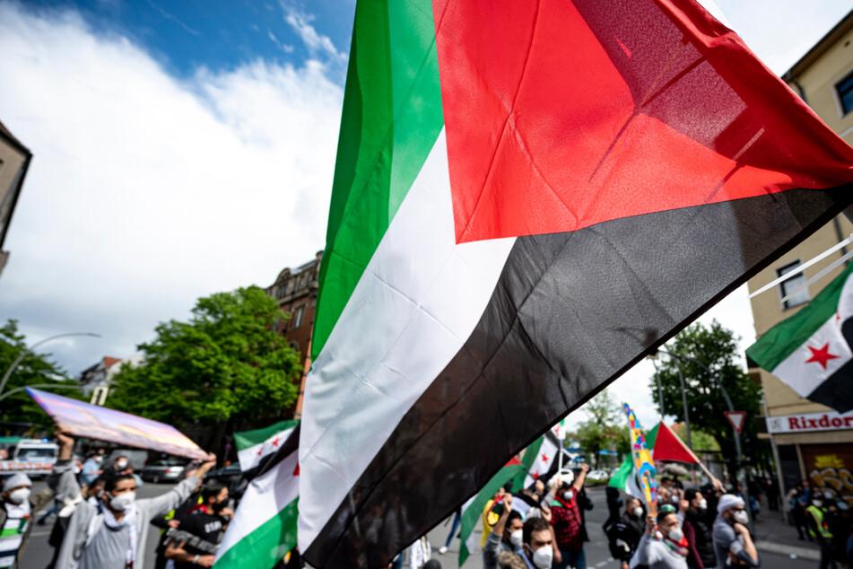 Bei einer propalästinensischen Kundgebung in Mannheim ist es zu Ausschreitungen gekommen. Auf 346 Menschen kommen Anzeigen zu. (Symbolbild)