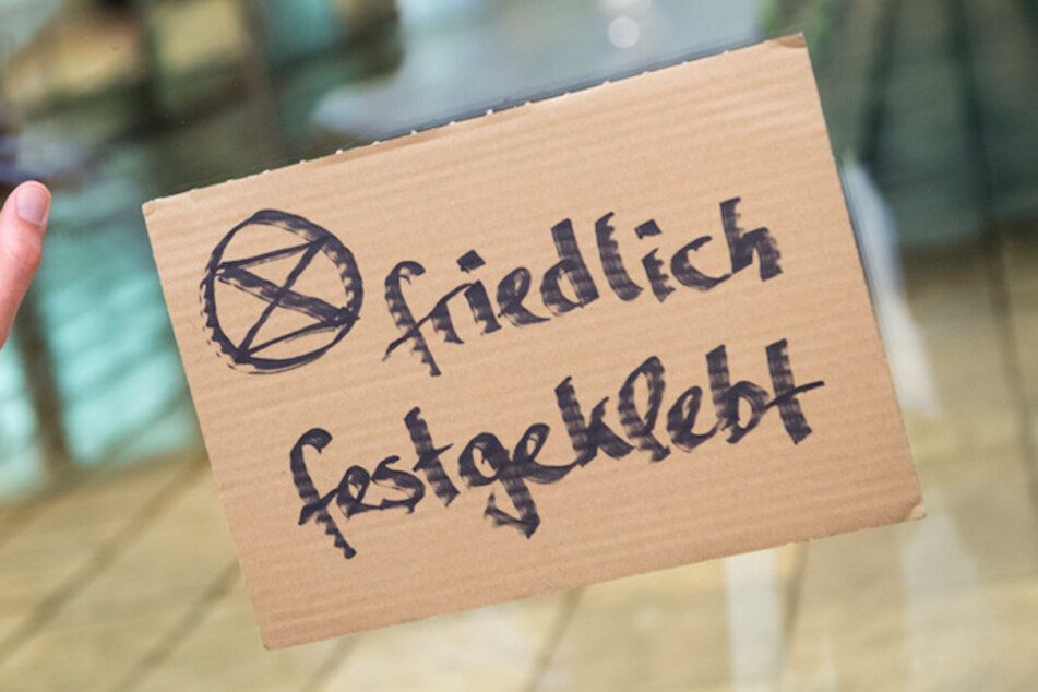 Aktivisten der Bewegung Extinction-Rebellion kleben sich als Zeichen des Protestes immer wieder an Gegenständen und Personen fest. (Archivbild)