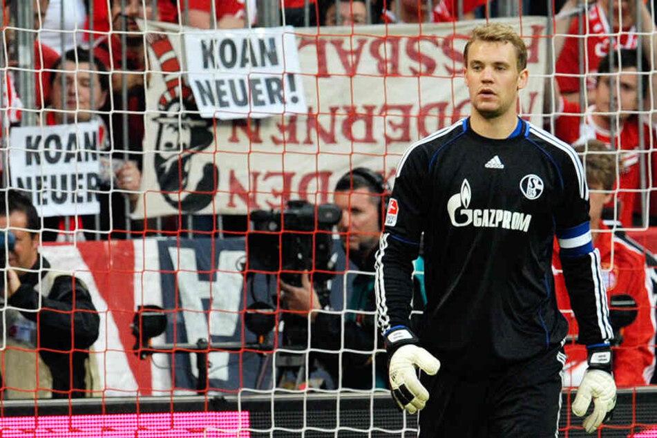 """""""Koan Neuer"""". Die Schalker Fans waren stinksauer, die Bayern-Fans wollten ihn nicht. Manuel Neuer hatte so einiges an Fan-Unmut auszuhalten vor seinem Wechsel von Königsblau nach München."""