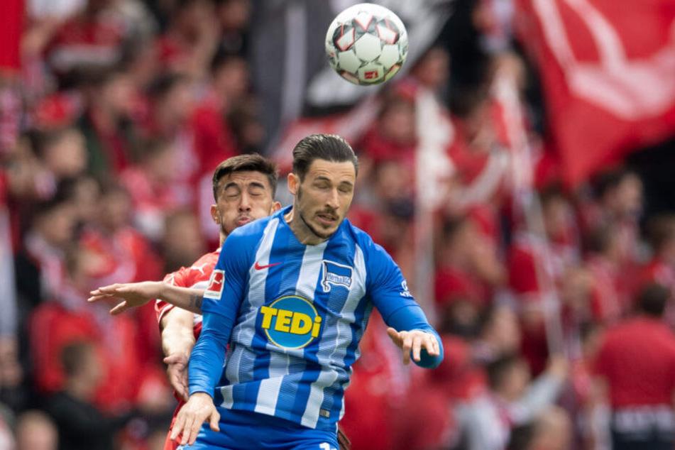Kopfball-Duell: Herthas Mathew Leckie vor Stuttgarts Argentinier Nicolás González.