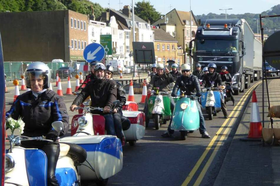Die Rollerfreunde bei der großen Ausfahrt in Ryde. Sie tragen Biker-Kleidung  im Stil der späten 1950er.