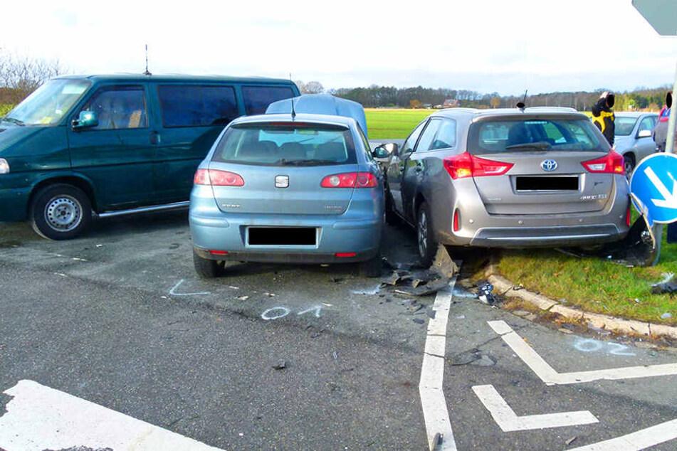 Der Seat-Fahrer krachte zuerst in den Toyota. Beide Autos wurden anschließend in den VW Bulli.