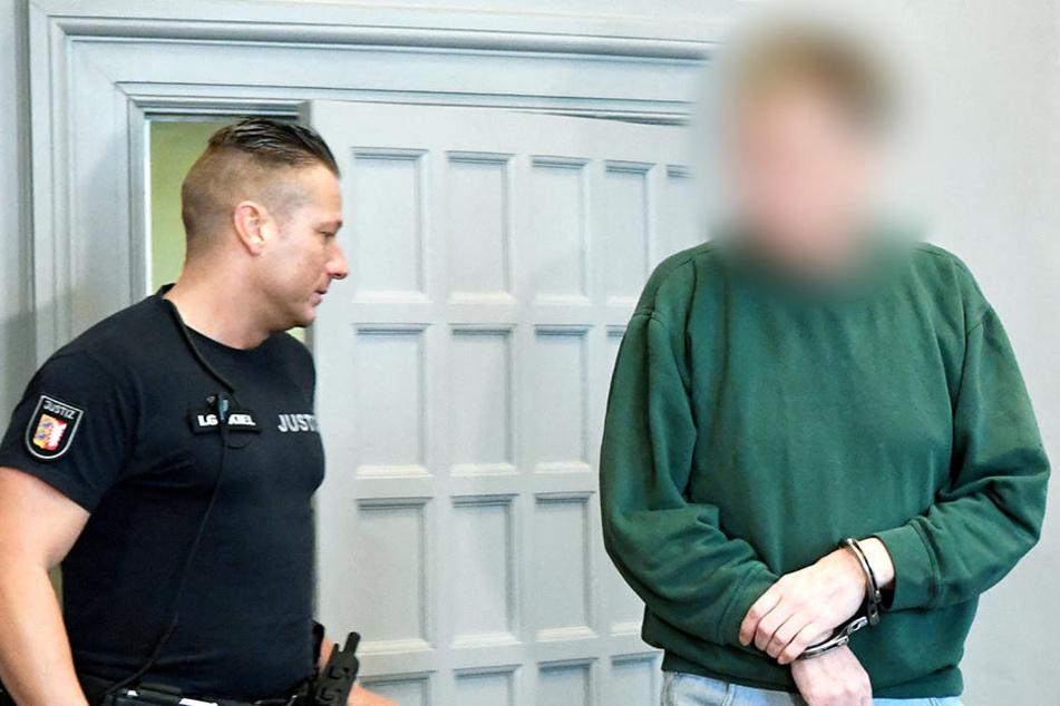 Der Angeklagte soll seine Frau brutal ermordet haben.
