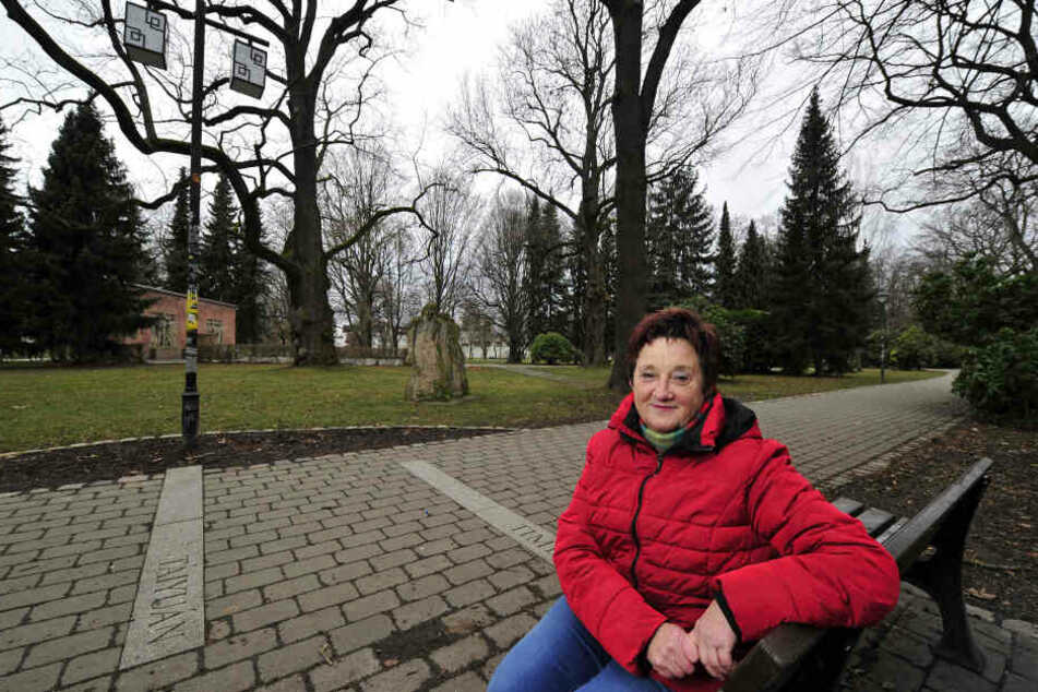 Gästeführerin Edeltraud Höfer (64) leitet am Sonnabend durch den Park der Opfer des Fachismus.