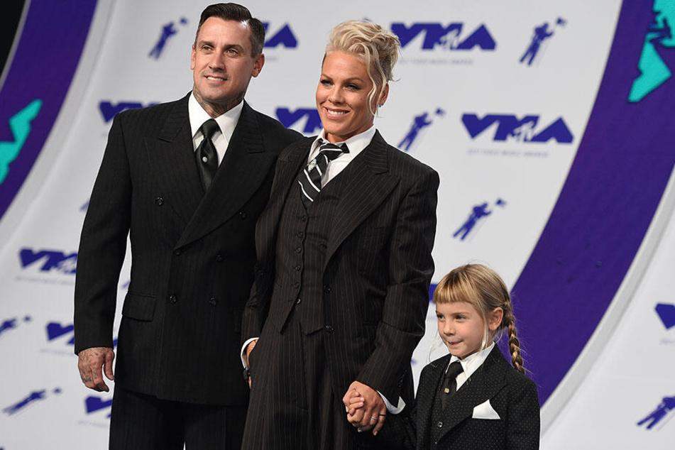 Pink (Mi.), ihr Mann Carey Hart (li.) und ihre Tochter Willow kommen am 27.08.2017 in Inglewood (USA) zur Verleihung der MTV Video Music Awards 2017.