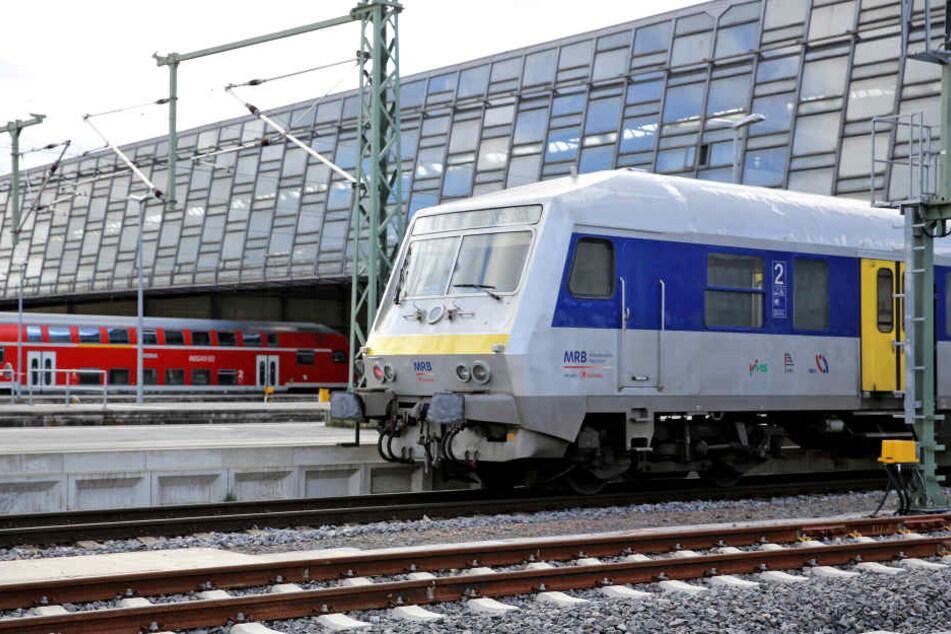 In der Mitteldeutschen Regiobahn rastete der Mann aus.