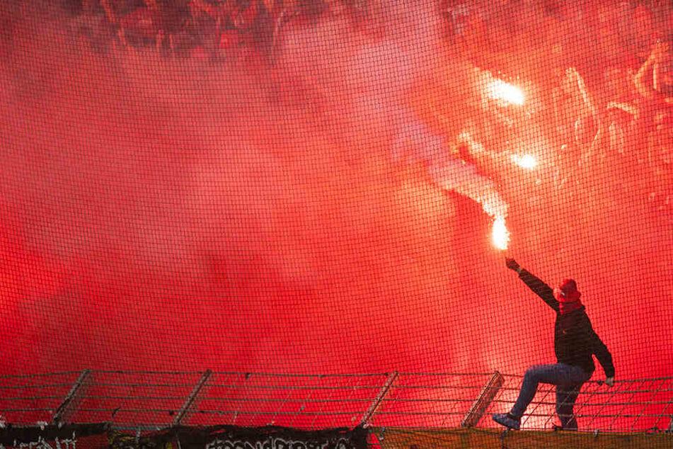 Fans des 1. FC Union Berlin fackelten in Bochum viele bengalische Fackeln ab.