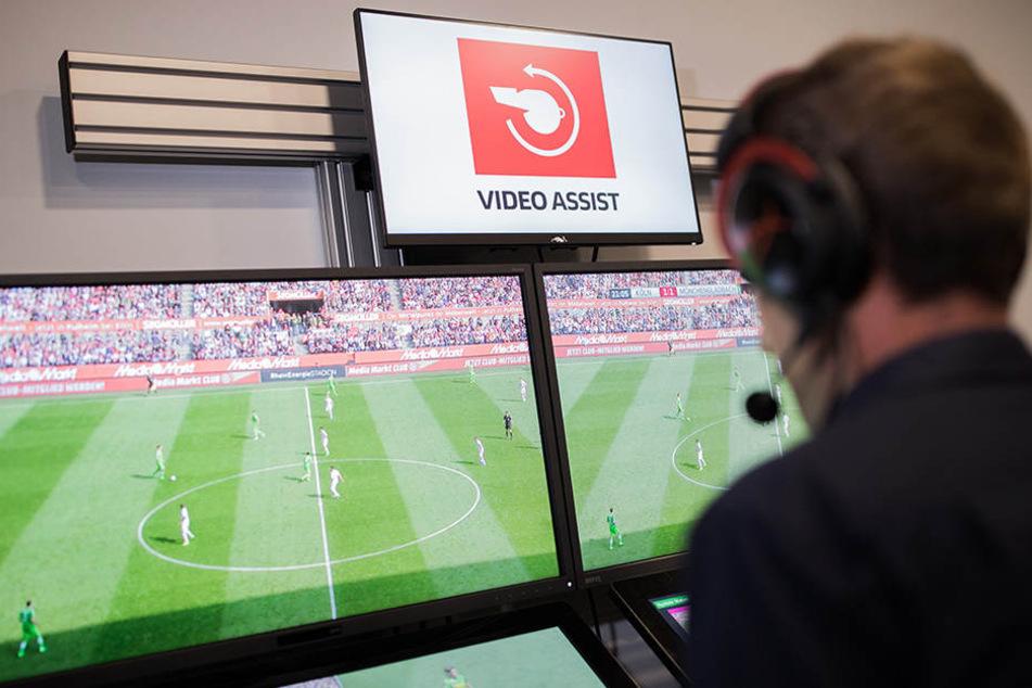 Sascha Stegemann sitzt in Köln im Videoassistcenter vor den Monitoren.
