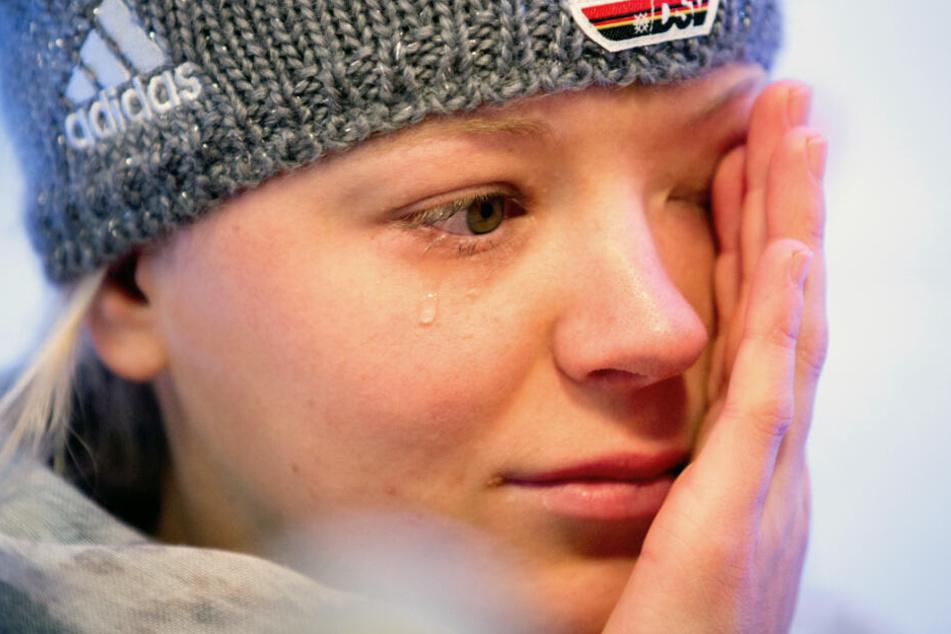 Mit Tränen in den Augen erklärt Miriam Neureuther im Jahr 2014, dass sie verletzungsbedingt nicht an den Olympischen Winterspielen in Sotschi teilnehmen kann.