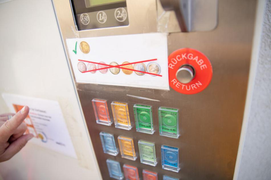 Für 50 Cent gibt es in einem Spritzenautomaten für Drogenabhängige unterschiedliche Utensilien zum Spritzbesteck.