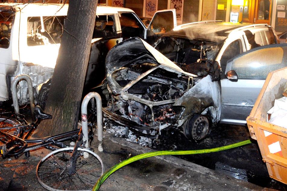Die Flammen griffen auch auf das daneben geparkte Auto über.