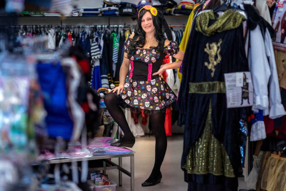 """Anja Büttner (35) vom Kostümladen """"11ter, 11ter"""" hat sich in ein mexikanisches Kleid geworfen. Die Kostümierung soll an den """"Tag der Toten"""" erinnern."""
