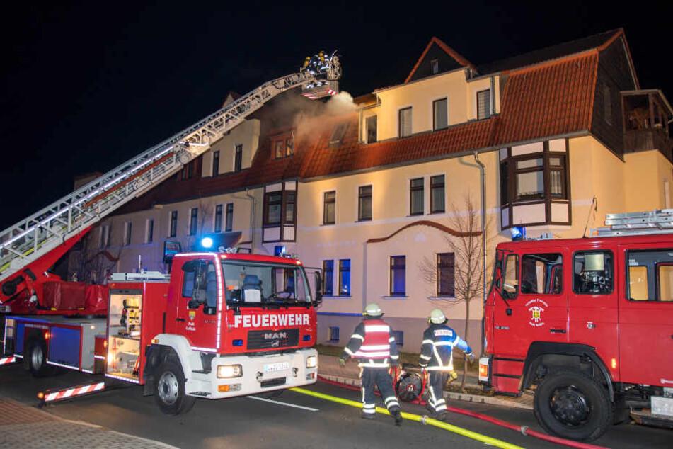 Die Feuerwehr konnte den Mann aus der Wohnung retten, er kam ins Krankenhaus.