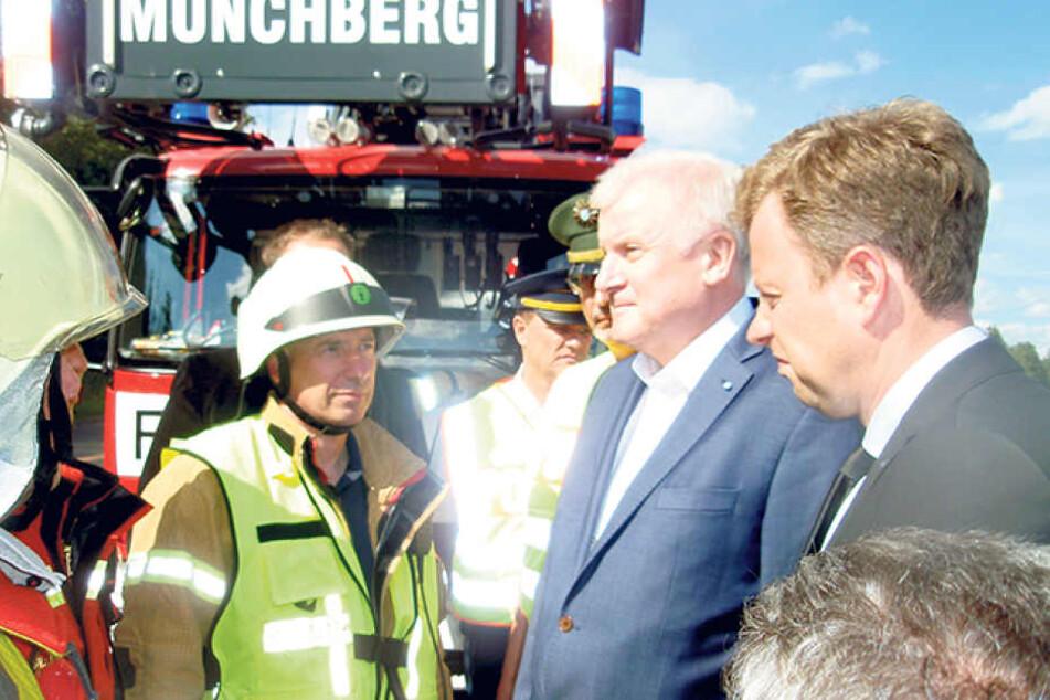 Der Kommandant der Freiwilligen Feuerwehr Münchberg Martin Schödel (51) neben  Bayerns Ministerpräsident Horst Seehofer (68, CSU) am Unglücksort.