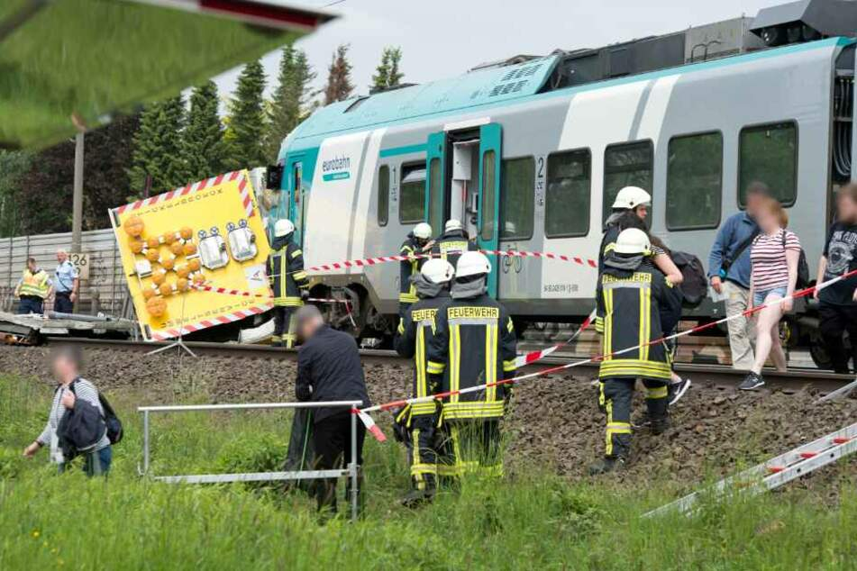 Die Passagiere mussten von der Feuerwehr aus dem Zug gerettet werden.