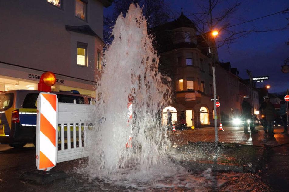 Stuttgart: Wasser marsch! Haushohe Wasserfontäne setzt Straße unter Wasser