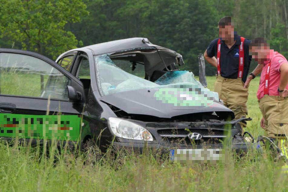 Feuerwehrkameraden mussten die schwerverletzte Autofahrerin aus ihrem Hyundai befreien. Im Krankenhaus verstarb die 58-Jährige dann aber.
