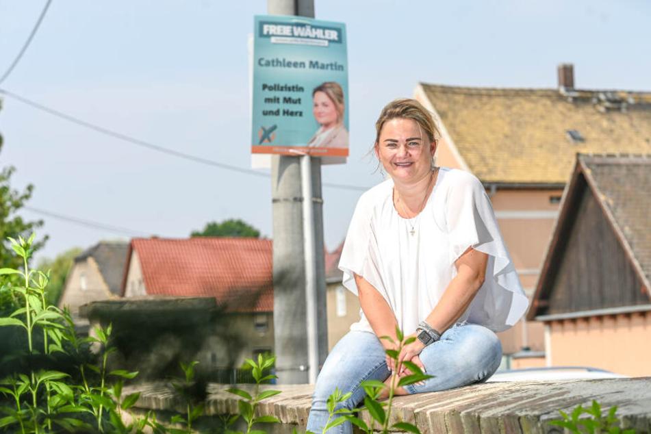 Freie-Wähler-Spitzenkandidatin Cathleen Martin (45) wohnt in Zschorna. Praktisch: Der Mast mit ihrem Wahlplakat gehört zu ihrem Grundstück.