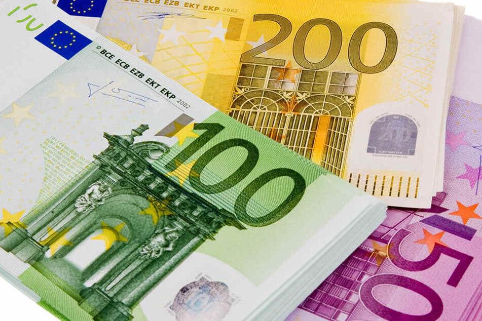 9000 Euro übergab die hochbetagte Seniorin einem Boten (Symbolbild).