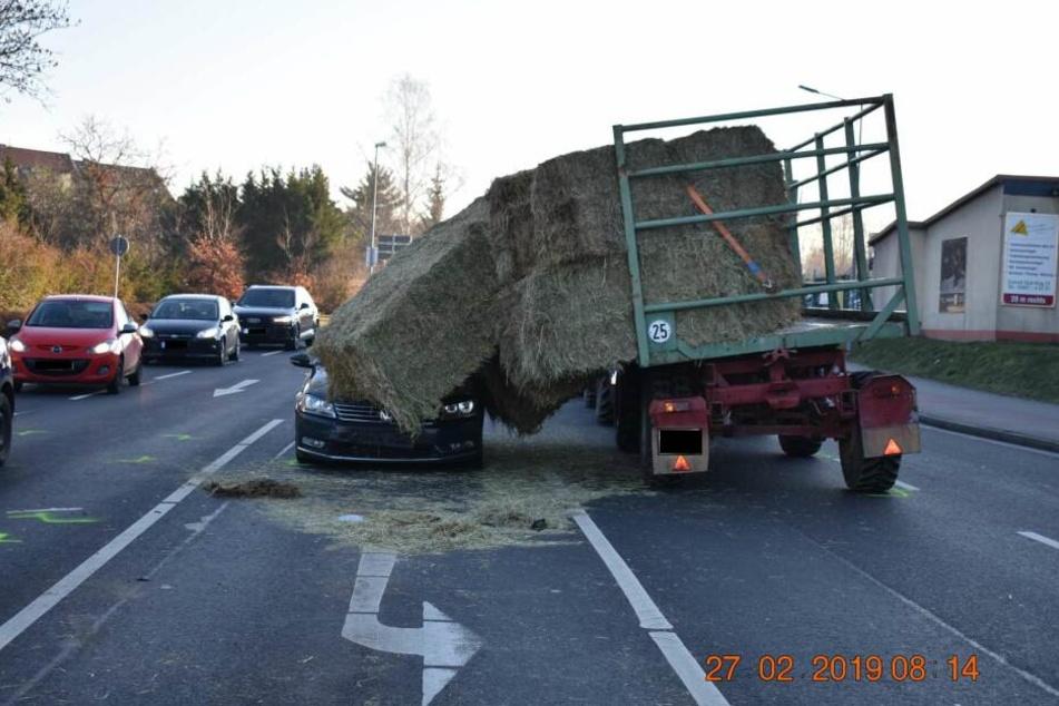 Der Fahrer dieses VW Passat wurde bei dem Unfall leicht verletzt.