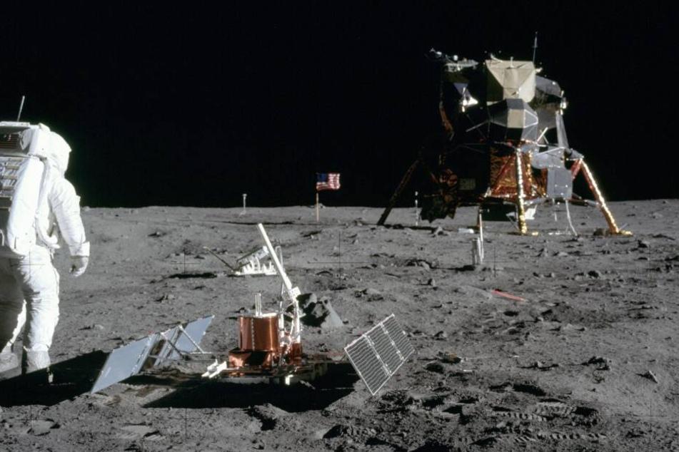 """Die Apollo 11 Mission hatte diverse Messinstrumente dabei, die auch auf dem Mond zurückblieben und dort bis heute stehen. Die """"Eagle"""" im Hintergrund brachte die Astronauten zurück zur Columbia und wurde später im All abgestoßen."""