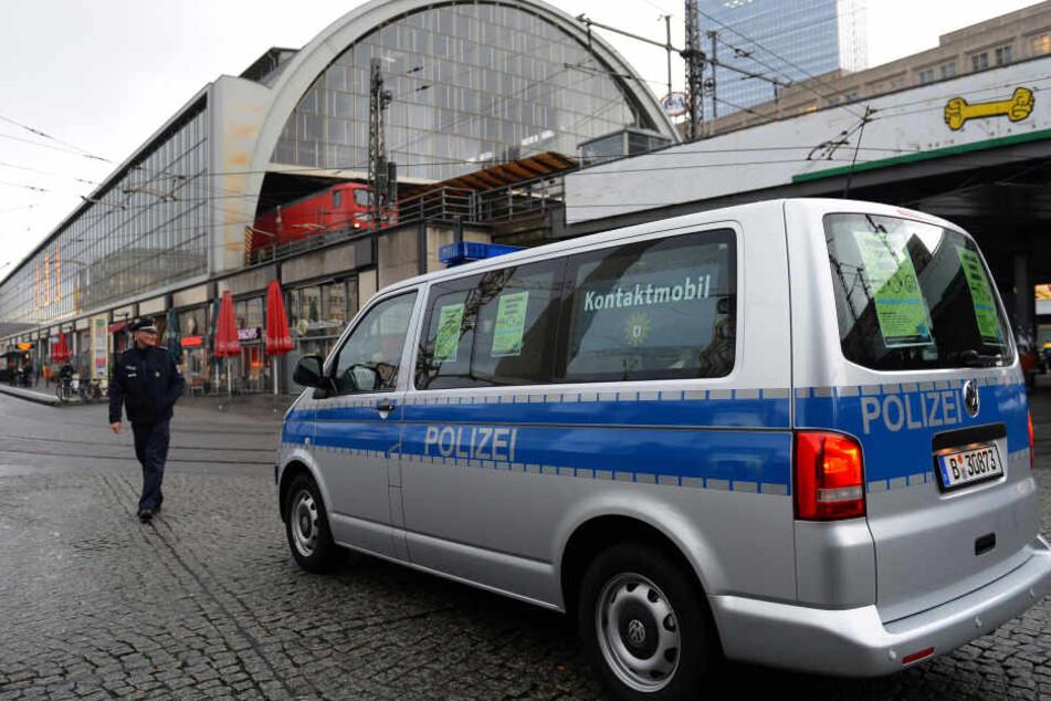 Die neue Polizeiwache soll das Kontaktmobil auf dem Alexanderplatz ersetzen (Archivbild).