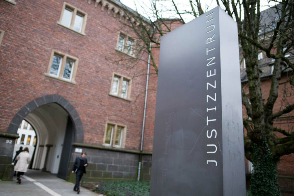Der Prozess gegen den angeklagten Vater (26) findet am Aachener Landgericht statt (Archivbild).