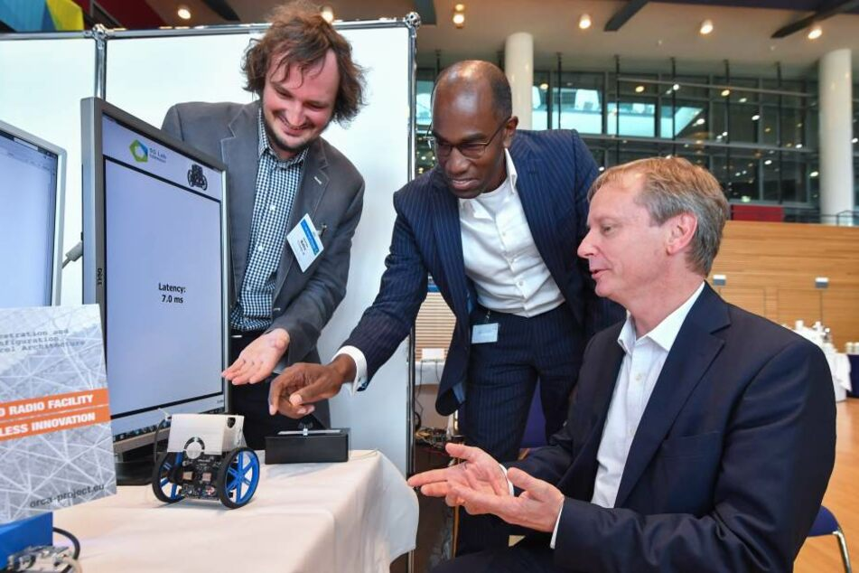 Professor Gerhard Fettweis (55, r.) von der TU Dresden entwickelt das 5G-Netz  mit. Eric Kuisch (52, Mi.), Technik-Chef bei Vodafone, setzt große Hoffnung in  das neue Netz.