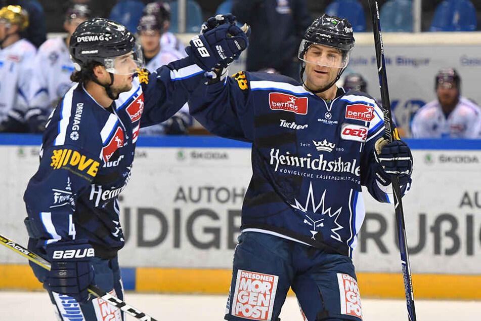 Endlich wieder Grund zum Jubeln für die Dresdner Eislöwen. Steve Hanusch und Matt Siddall feiern ausgiebig.