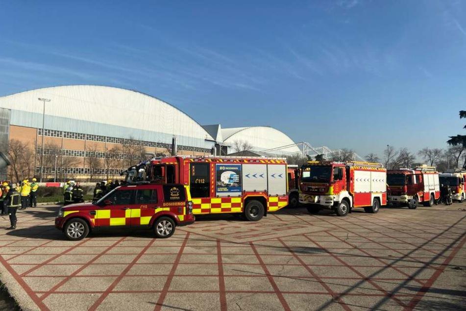 Rettungskräfte warten auf dem Flughafen Barajas auf die Notlandung des Fluges AC837 von Air Canada.