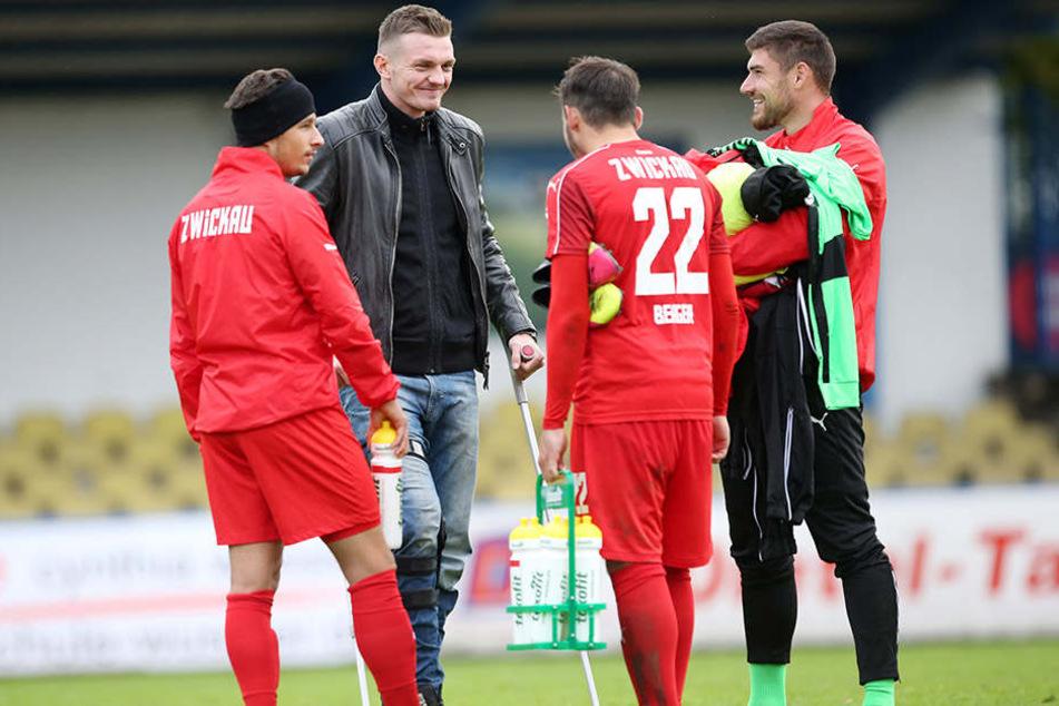 Beim Pokalspiel in Grimma: Alexander Sorge auf Krücken zu Besuch bei der Truppe.