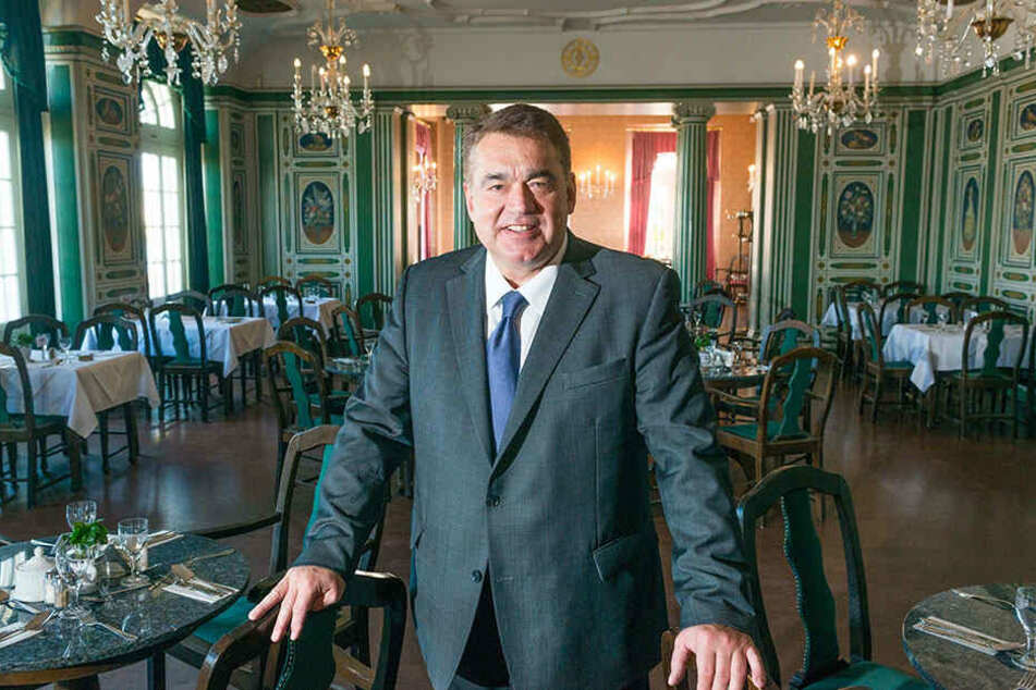 """Hausherr Uwe Wiese richtet mit Unterstützung vieler Gastronomen, Winzer, Sommeliers und Hotels die """"Foodraising""""-Party im Italienischen Dörfchen aus."""
