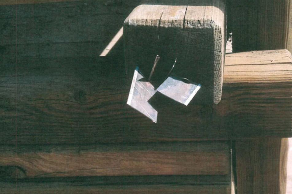 Die Klingen steckten etwa auf Hüfthöhe in dem Klettergerüst.