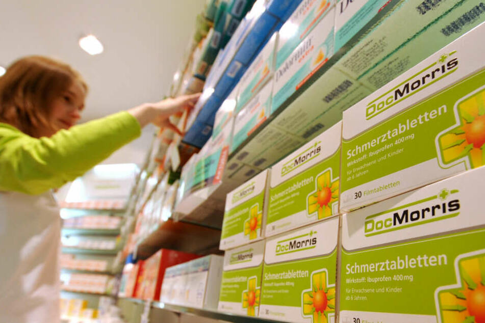 Schmerzmittel der DocMorris-Eigenmarke liegen in einer DocMorris-Apotheke in einem Regal.