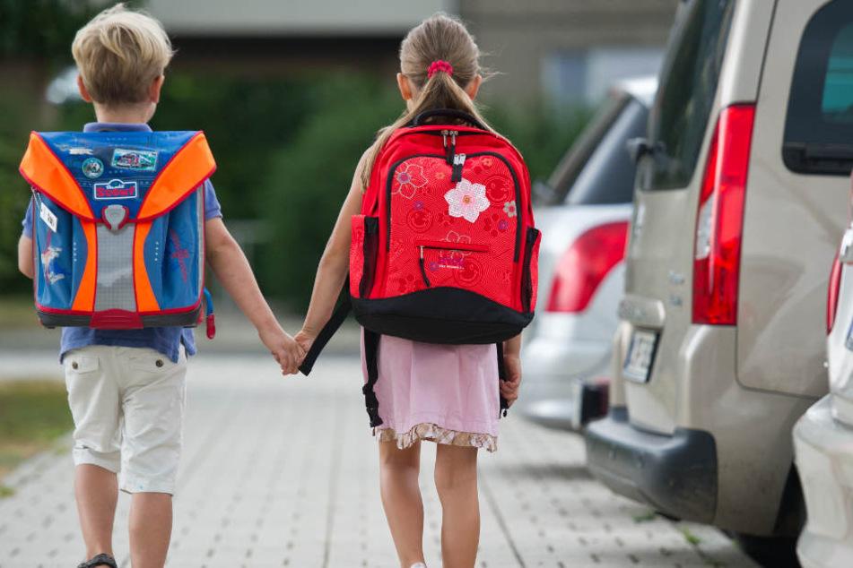 Der neue Schulweg soll 10 Kilometer lang sein. Kinder sind dann auf Busse und Autos der Eltern angewiesen. (Symbolbild)