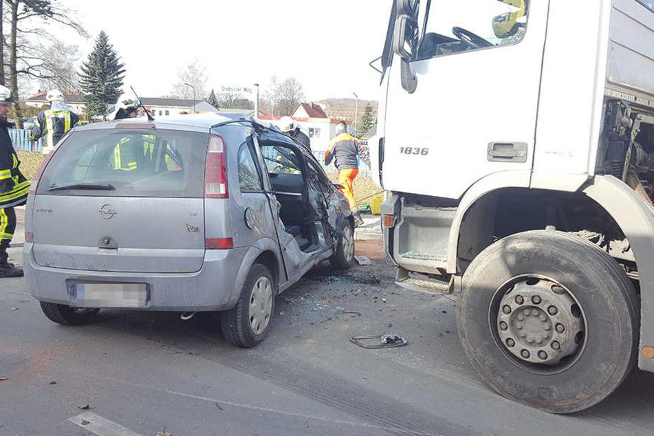 Die Beifahrerin musste aus dem Opel befreit werden.
