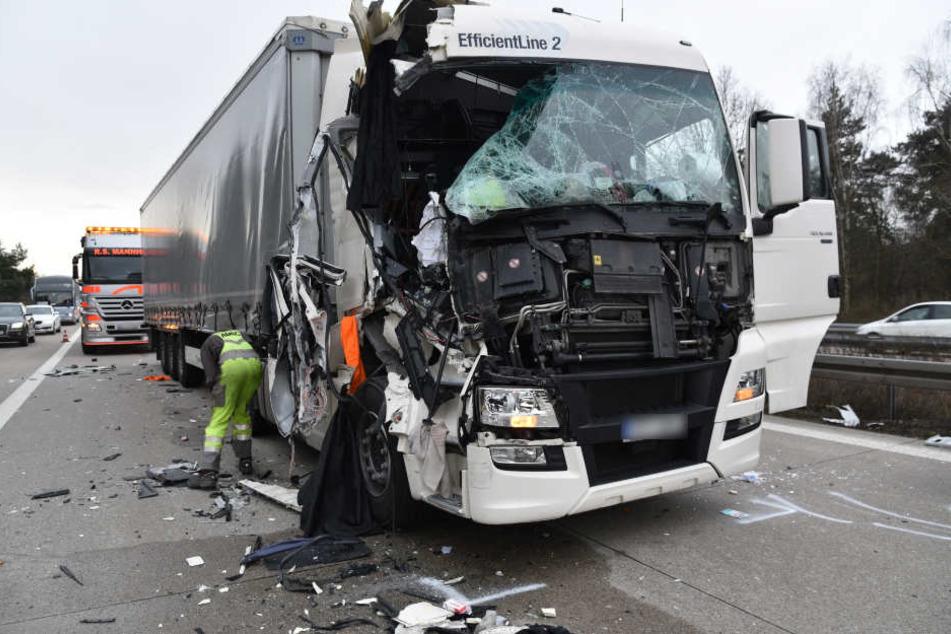 Der Fahrer dieses Lasters übersah das Stauende und krachte in einen stehenden Lkw.