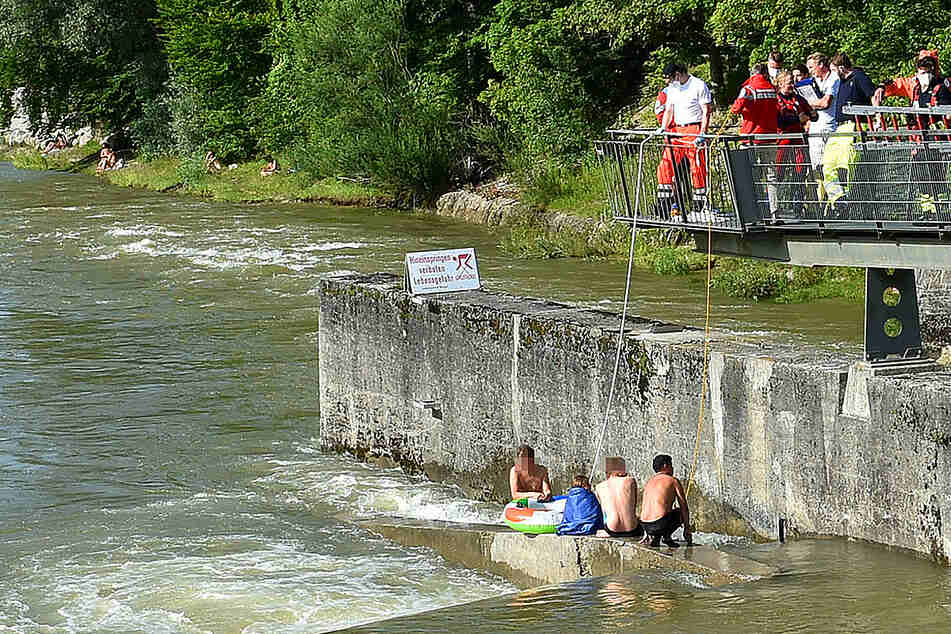 München: Fünfjährige von Strömung erfasst, Retter kommt nicht mehr aus dem Wasser