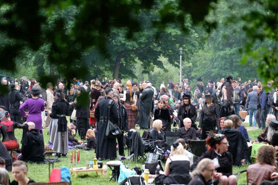 """Das """"Viktorianische Picknick"""" am Freitag ist jährlich eines der Highlights des Wave-Gotik-Treffens in Leipzig."""