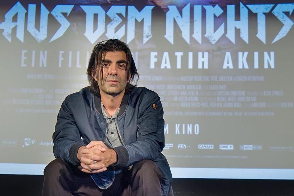 """Der Regisseur Fatih Akin vor dem Plakat des NSU-Dramas """"Aus dem Nichts""""."""