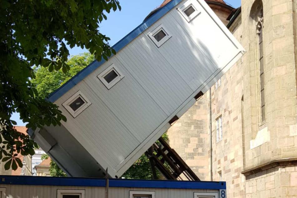 Ach, Du Sch...! Gabelstapler mit WC-Container umgekippt