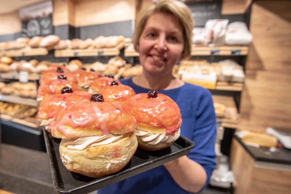 Marion Schleich präsentiert in ihrer Bäckerei Goaßmaß-Krapfen. Bei einer Goaßmaß handelt es um ein Mischgetränk aus Bier, Cola und Kirschlikör.