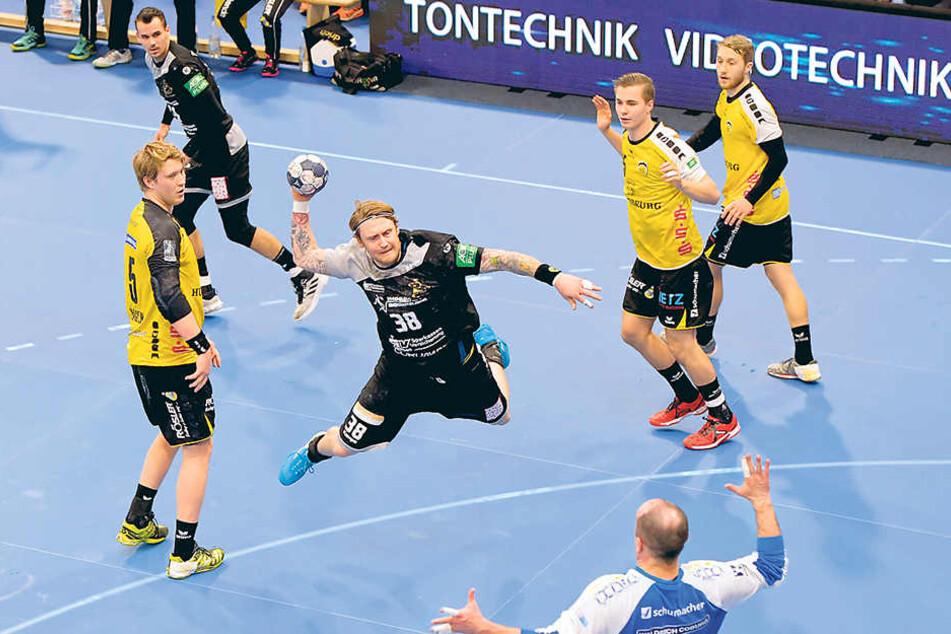 Henning Quade erzielt eins seiner 10 Tore gegen Coburg. Oskar Emanuel, Julius Dierberg und Nils Kretschmer trafen jeweils fünfmal.