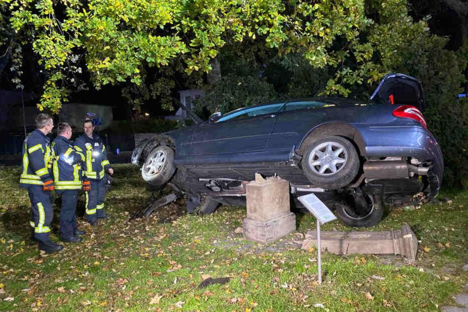 Auto zerstört Denkmal bei Unfall und bleibt mitten darauf stehen