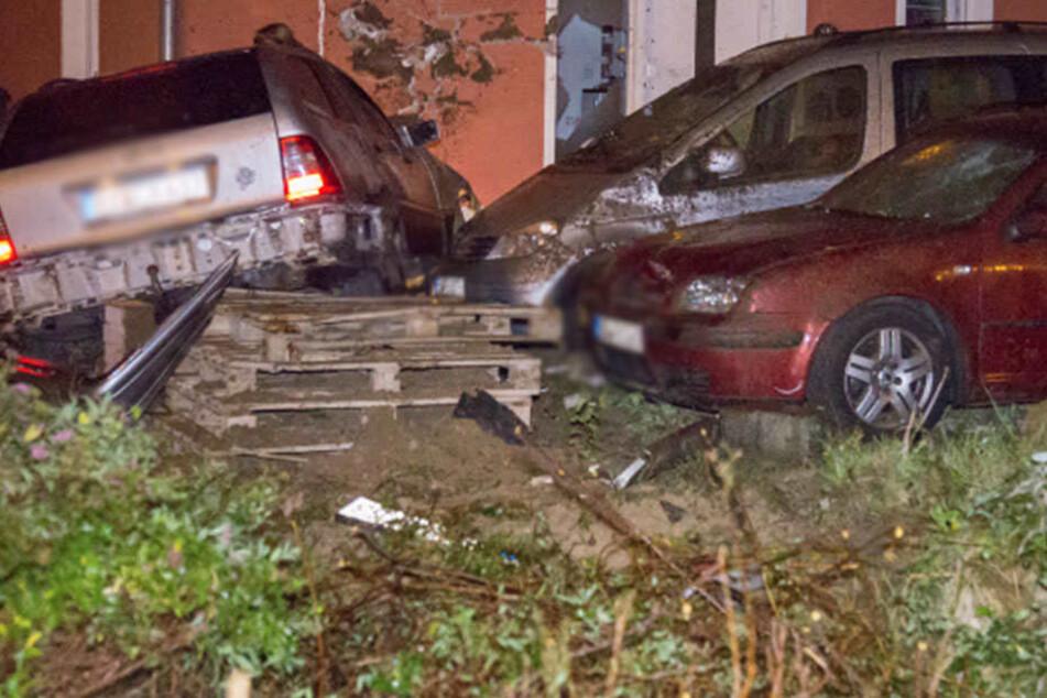 Drei Verletzte! Flucht vor der Polizei endet in Hauswand