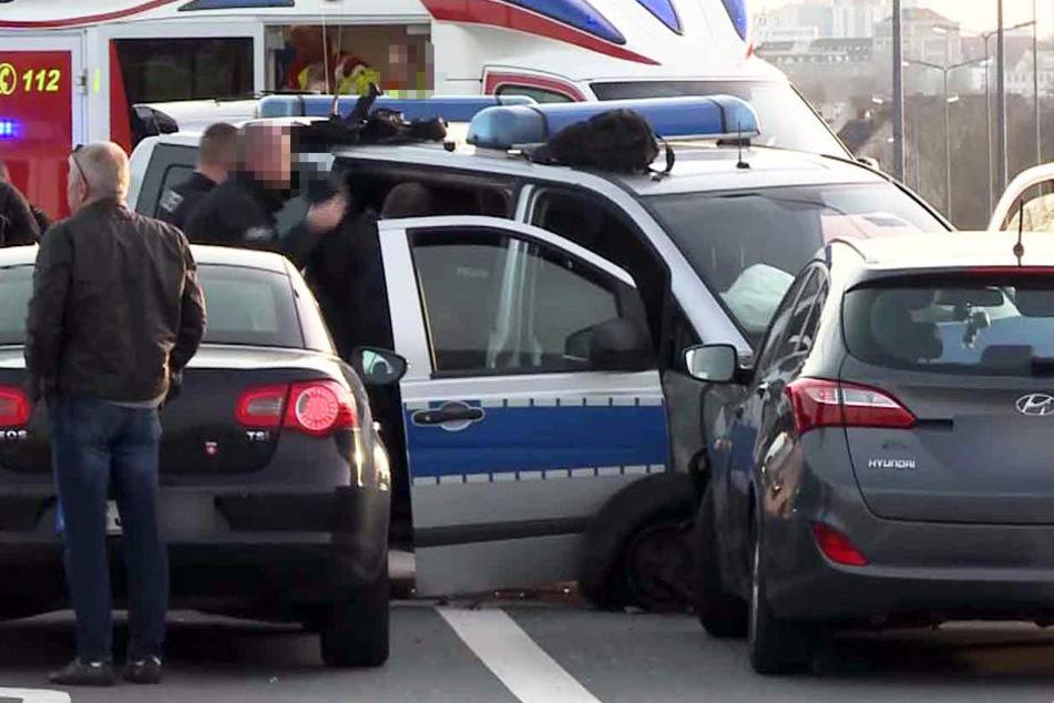 Das Polizeiauto wurde von einem Ford Kuga gerammt und knallte dann in einen Hyundai.