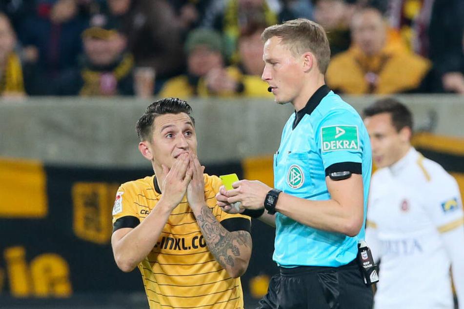 """Baris Atik (l.) ist immer ein Kandidat, wenn es um die """"Kommunikation"""" mit den Schiedsrichtern - in diesem Fall Martin Petersen - geht. Bisher kassierte Atik in dieser Saison vier Gelbe Karten."""