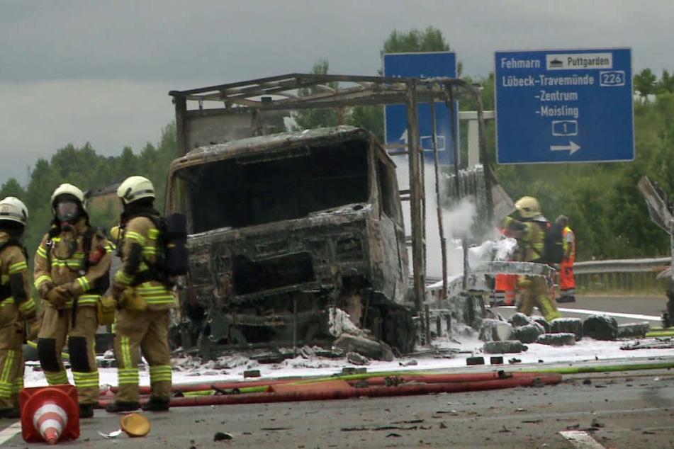 Der mit Gasflaschen beladene Lastwagen brannte völlig aus.