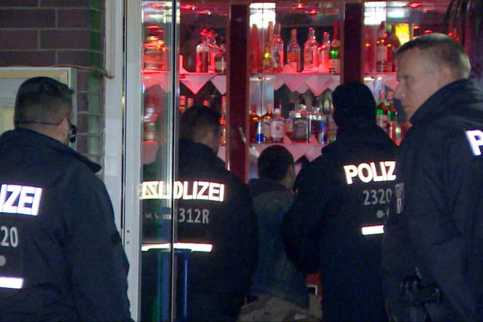 Polizisten gehen am 28.03.2019 in eine Shisha-Bar in Neukölln.