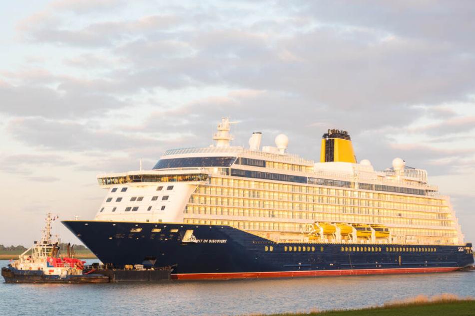 """Das neue Kreuzfahrtschiff """"Spirit of Discovery"""" fährt über die Ems."""